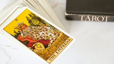 How to Read Tarot Cards: A Beginner's Guide to Tarot Reading