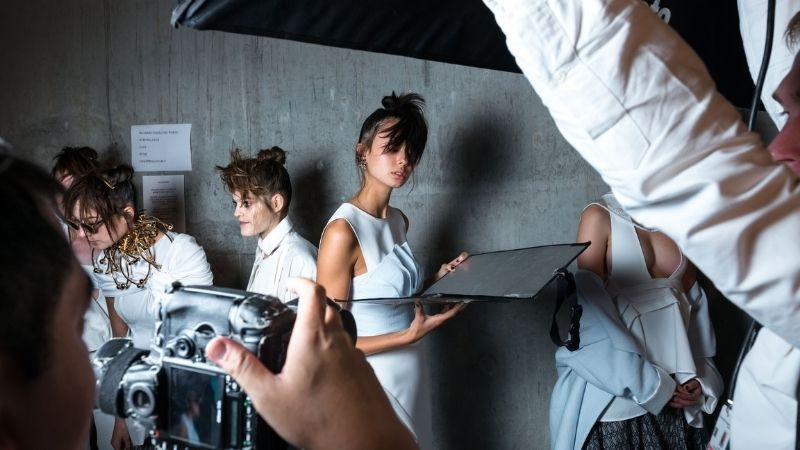How to Use a Reflector: A Beginner's Guide to Lighting a Photo With a Reflector